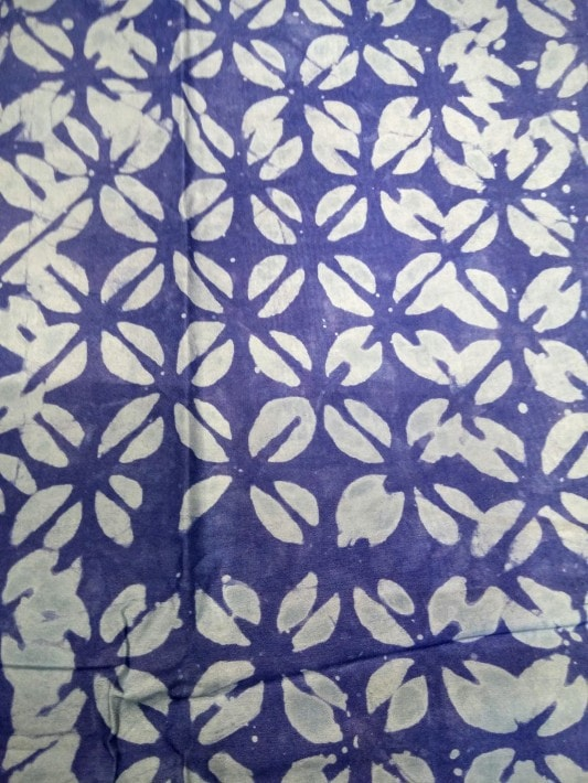tissu africain batik au tampon bleu et blanc motif petits cauris africouleur. Black Bedroom Furniture Sets. Home Design Ideas