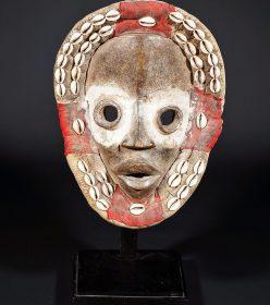Masque Dan ivoirien cerclé de cauris