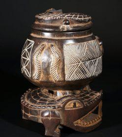Boite africaine en bois décorée avec un crocodile