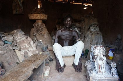Le féticheur vaudou devant son autel
