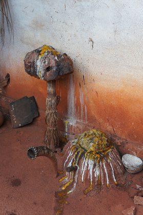 Un autel vaudou devant la maison du féticheur