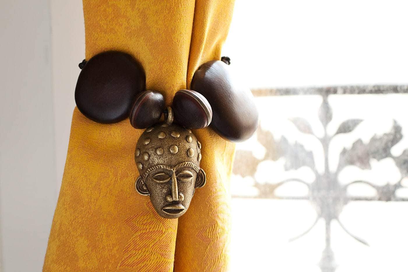 embrasse de rideaux africains avec t te sculpt e akan africouleur. Black Bedroom Furniture Sets. Home Design Ideas