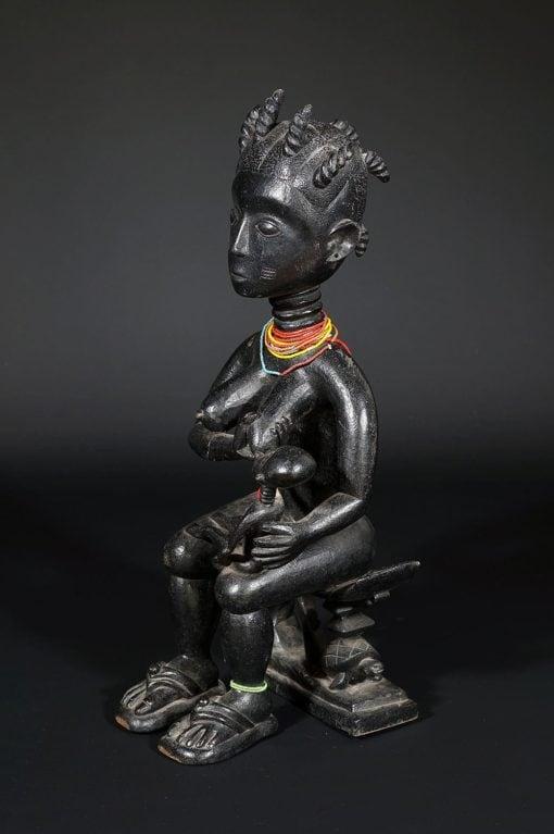 Maternité Ashanti noire allaitant son bébé