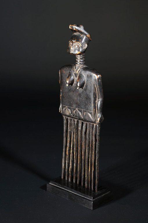 Peigne africain peint en noir décoré