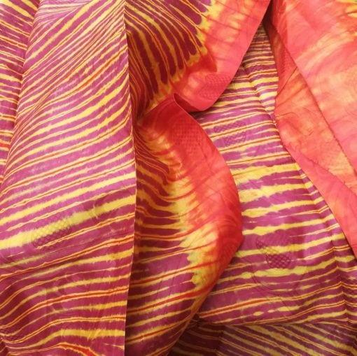 Bazin bordeaux, jaune d'or et orange au motif étoffe