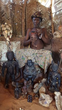Le féticheur vaudou lors d'une cérémonie