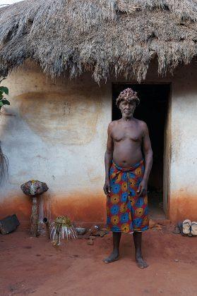 Le féticheur vaudou devant sa maison