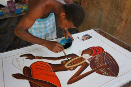 La peinture au batik de la dame à la calebasse