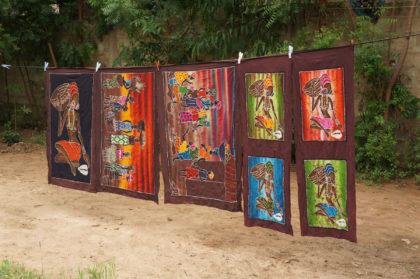 Séchage des batiks africains dans la cour