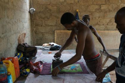 Repassage traditionnel des batiks africains