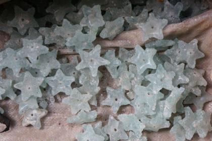 Perles de verre brutes en étoiles