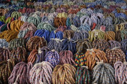Perles africaines sur un étal du marché