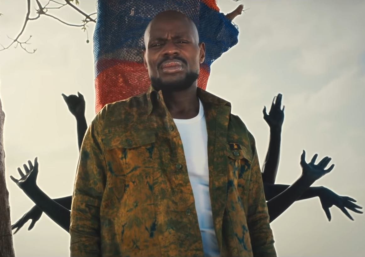 Veste africaine pour homme en bazin portée par Kery James