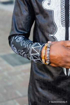 Chemise africaine homme en bazin brodé et bracelets en perles de verre