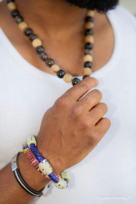 Collier en corne de zébu et bracelets en perles de verre