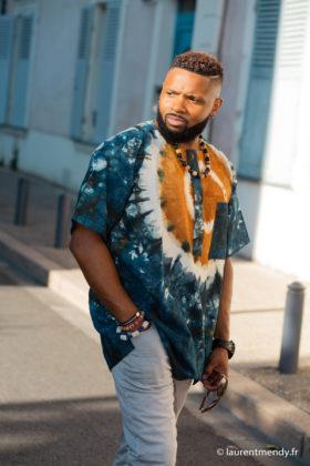 Haut de boubou africain homme en calicot teinté porté avec un collier et des bracelets en perles