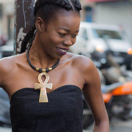 Tenue Africouleur et collier croix d'Ankh