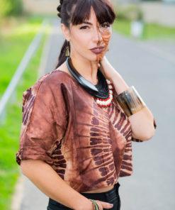 Corsage en bazin brun et ivoire et bijoux d'Afrique