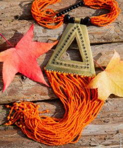Collier de perles orange et en pendentif bronzet bronze