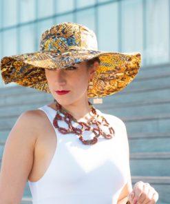 Chapeau de soleil en wax et collier en pâte de verre recyclé